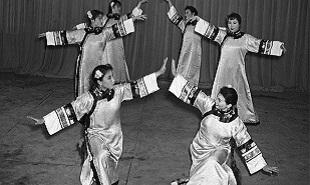 乌兰牧骑表演舞蹈