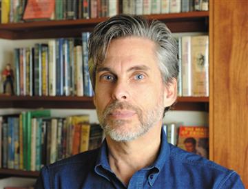 """迈克尔·夏邦 文学真正的危机,在于自我类型设限《月光狂想曲》,迈克尔·夏邦最新的小说,表现一个犹太人二战后在美国的生存境遇,""""外公的故事"""",看似""""家史"""",实则隐喻一代犹太裔美国人的历史。夏邦在新小说里继续他""""跨类型""""的风格,这是一部""""回忆录""""式的小说,虚构嵌在非虚构中,""""我的外公""""在生命最后一周倾诉着他的人生,二战阴影挥之不去,太空竞赛从狂热到落寞,""""月光""""的意象宛若忧郁的叙事面纱……[详细]"""