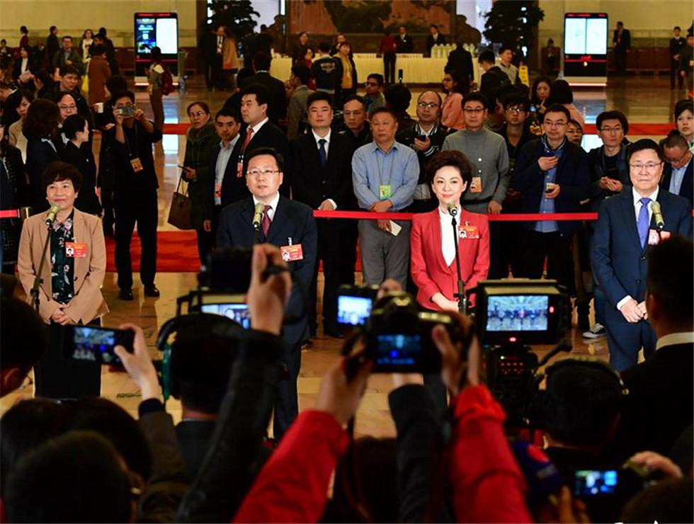 全国政协委员接受记者采访。