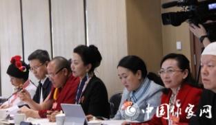 民族界别的政协委员在讨论政府工作报告