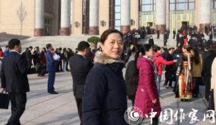 王安忆代表步入大会堂