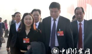 蒋胜男代表(左)等步入人民大会堂