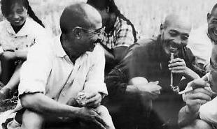 柳青(前排左一)与皇甫村农民在一起