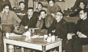 1963年4月2日,老舍(前排右二)观看《茶馆》排练后与演职人员交谈