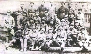 1946年4月,牡丹江军区剿匪小分队的部分官兵合影,《林海雪原》原型