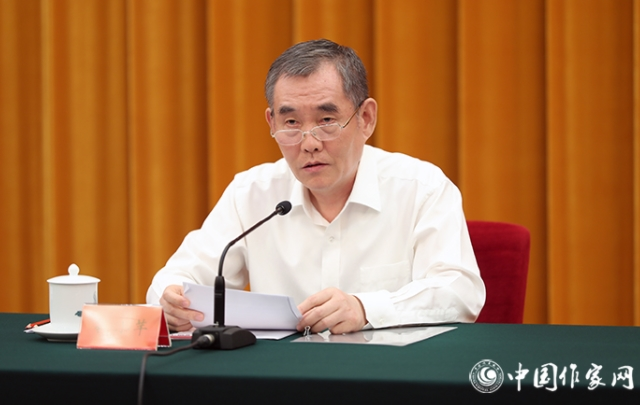 中国作协党组书记、副主席钱小芊在会上发言